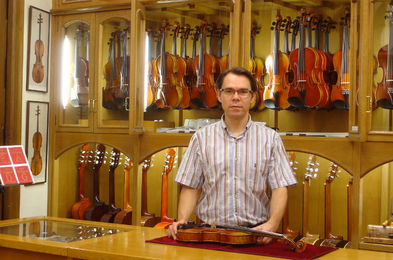 Ismael abell n member staff casa parramon for Casa luthier barcelona